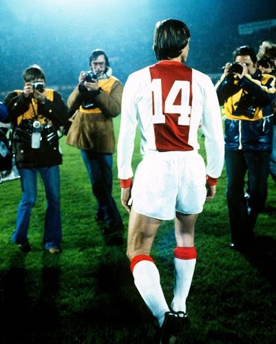 Cruyff in campo con la maglia 14 dell'ajax