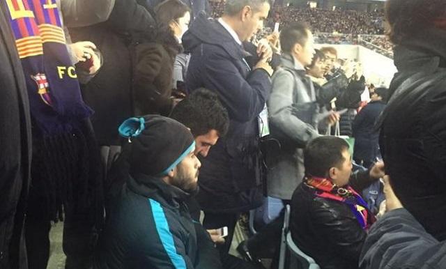 Barcellona: Vidal e Arda Turan fra il pubblico nello stadio di Tokyo
