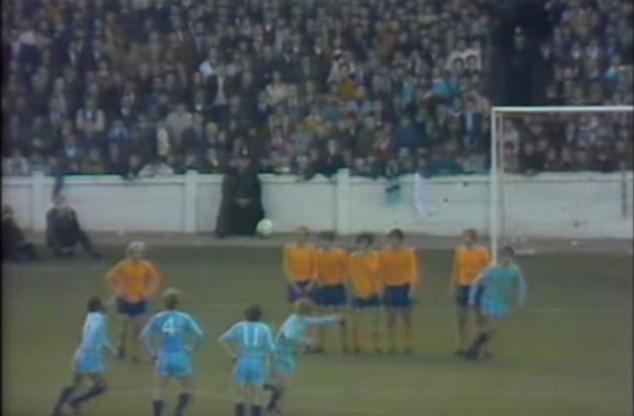 La punizione più incredibile della storia del calcio in Coventry-Everton