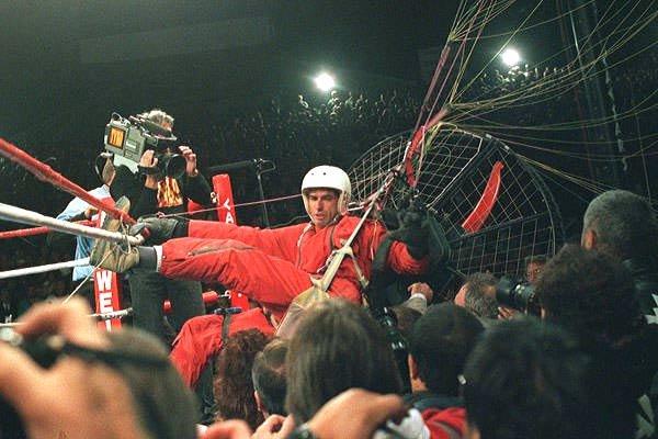 il paracadutista che interruppe il match