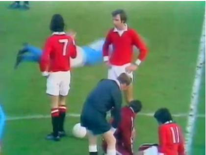 Derby Manchester: avversario imita George Best nel tuffo