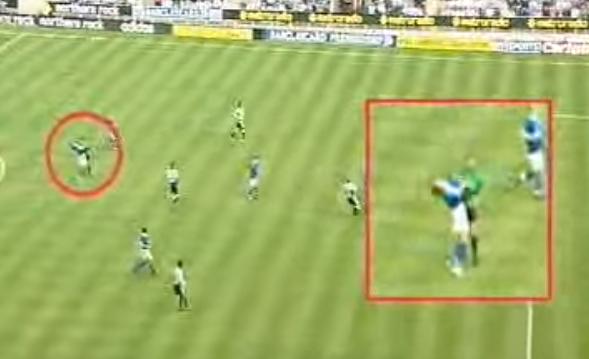 Arbitro stende calciatore con un braccio in Premier League