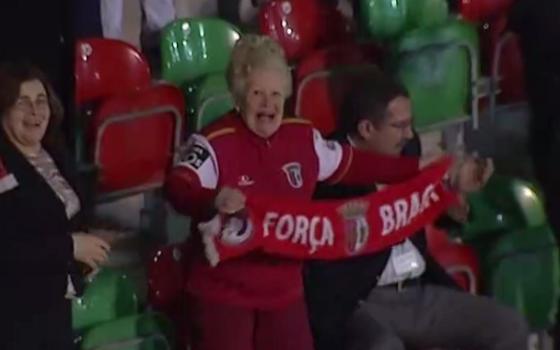 Nonna super tifosa del Braga festeggia la vittoria dei suoi colori