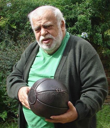 pallone più vecchio del mondo nelle mani di Almeida