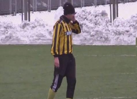 Calciatore parla in campo, al telefono ! (video)