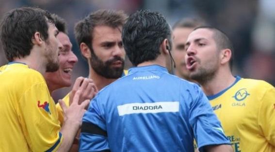 L'originalità di un arbitro: dare consigli di bon ton prima della partita