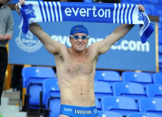 """Speedo Mick, il """"nuotatore"""" dal cuore d'oro che segue l'Everton ovunque"""