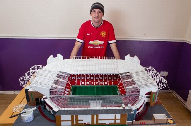 Incredibile: replica Old Trafford con i fiammiferi