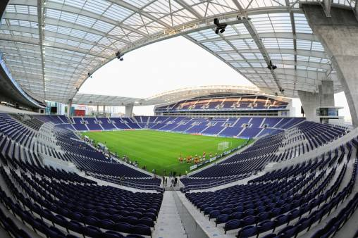 Lo Stadio do Dragao dalla curva