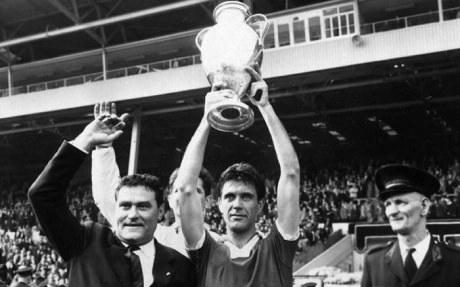 Maldini con Rocco alza la prima coppa dei campioni a wembley