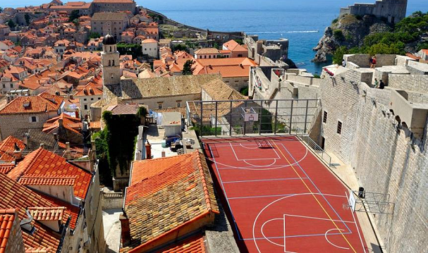 Il curioso campo di basket di Dubrovnik