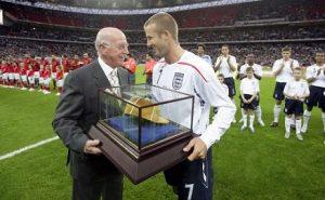Beckham riceve il 100-esimo cap da Bobby Charlton