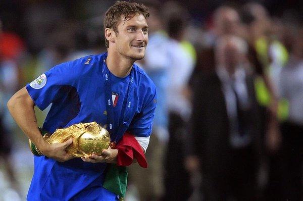 Totti con la Coppa del Mondo a Germania 2006